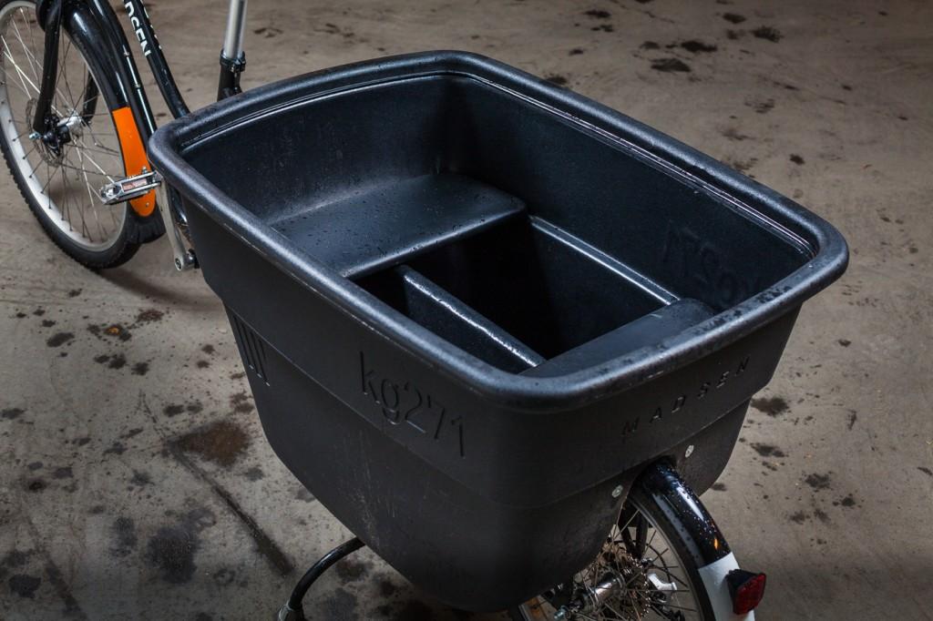 ROMSLIG: Inne i lastekassen er det benker for barna, og rikelig med plass for handleposer. Kassen er laget i et lett og robust kunststoffmateriale, og tåler 271 kilo last ifølge produsenten. Veldig spent på hva som skjer om du lesser på 272 kilo. Foto: Geir Anders Rybakken Ørslien