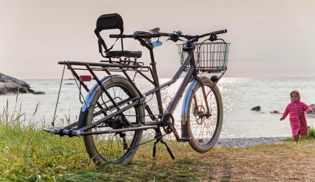 TURSYKKEL: Siden veskene på Trek er enkle å ta av og på, blir de velegnet for strandturer –der veskene blir med helt ned til sitteplassen, i stedet for sekk. På Dummy er veskene laget for permanent montering.