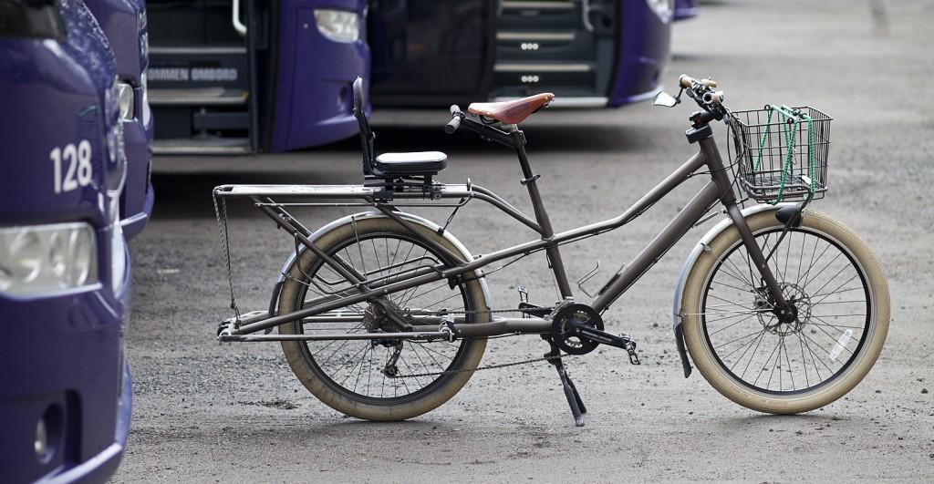 TREK: Denne sykkelen ble opprinnelig utviklet av Gary Fisher, og er en av markedets rimeligste longtailsykler med en norsk pris på 9 990 kroner. Da er én sideveske inkludert. Sykkelen på bildet har også andre dekk, skjermer, sete enn standard– og har ettermontert kurv og et GMG Classic barnesete bak. Alle foto: Geir Anders Rybakken Ørslien