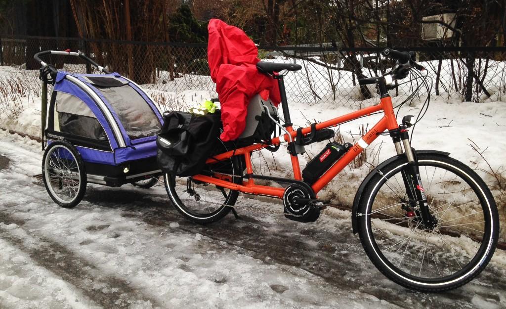 ALLSIDIG: Dette er den eneste longtailsykkelen som tar vanlig tilhengerfeste uten spesielle tilpasninger, siden den ikke kommer med brede lastebrett som dekker hjulakslingen bak. Her med en Nordic Cab tilhenger, som brukes året rundt. Foto: Kristian Stoll