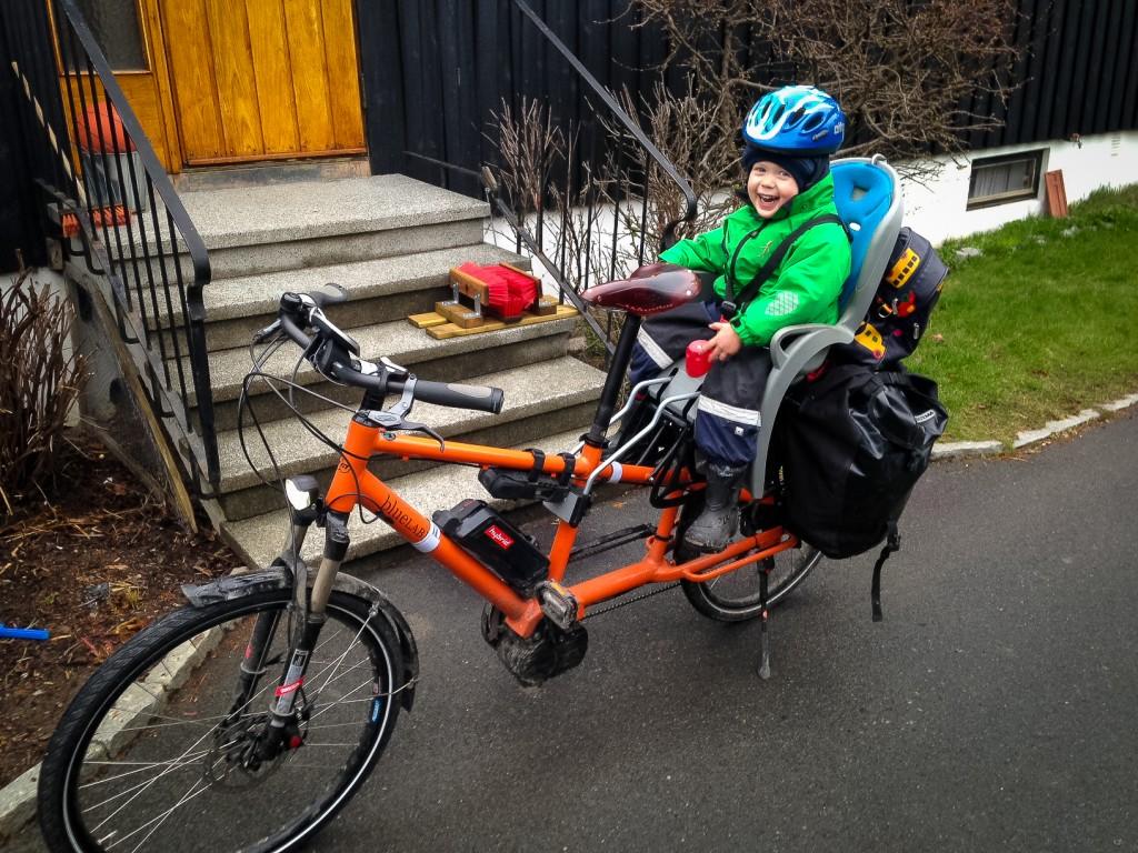 KLAR FOR TUR: Kristian Stoll og junior er klar for avgang til barnehagen ombord på familiens Ble Label Transporter. Foto: Kristian Stoll