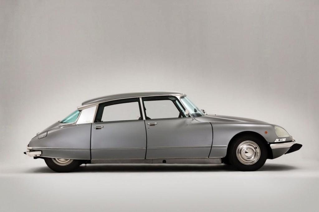 BILER JEG IKKE HAR EID – 4: Citroën DS (1955-1975). Mot slutten av tenåra innså jeg at splitter nye biler ofte var kjedelige. Noen år senere så jeg en svart DS utenfor Theatercafeen. Jeg var ung og optimistisk, og la en lapp på vinduet om at jeg gjerne ville kjøpe om den skulle være til salgs. Et par dager etter ringte en mann og takket for en interessant lapp. Etter noen minutters generell snakk om teknisk tilstand (påfallende strøken), foreslo han 300 000 kroner. Først da forsto jeg at vi ikke snakket om samme bil. Han viste seg å være eieren av den digre Mercedesen som sto parkert rett bak DS'en (jeg husket den, en mørk Sonderklasse). Citroën-eieren hadde flyttet lappen, muligens i indignert vrede. Sikkert til pass for meg. Slike biler er jo ikke lette på tråden.