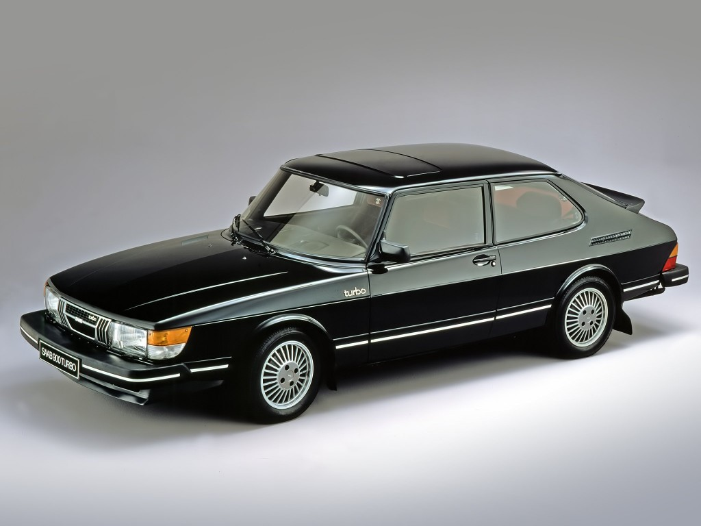 BILER JEG IKKE HAR EID – 7:Saab 900 Turbo (1978-1998). Hvordan finner du ut hvilken bil som er fetest? Du sjekker speedometeret og ser hvor mye det er oppstilt i. Slik var min spede barndoms kriterium, der vi ruslet rundt på parkeringsplassen utenfor samvirkelaget, strakte oss opp og kikket inn bilvinduene. Den gang var det fett å se 220 i enden av tallskiva. Da snakket vi muskelbil. Vi regnet aldri Saab som muskelbiler. Men så kom Trollhättan-gjengen opp med 900 Turbo, med vinge på bakluka og en hvinende turbin under panseret. Jeg husker ikke hva den var oppstilt i. Men i det lille universet som het Øyer i Gudbrandsdalen sist på 1970-tallet var mer enn nok til å sende smågutter til himmels.