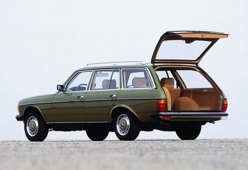 BILER JEG IKKE HAR EID – 6:Mercedes W123 (1976-1985).Jeg vokste som sagt opp på bygda, der karene som eide anleggsmaskiner, store gårder eller byggefirmaer gjerne kjøpte seg ny, HS-registrert Mercedes W123 stasjonsvogn fra Motorcentralen på Lillehammer – og straks tok dem i bruk som rene nyttekjøretøyer på livstid.Jeg så dem med anleggsstøv over hele dashbordet, kvabb og sementsekker i bagasjerommet, assorterte byggevarer i baksetet og fortsatt en million kilometer igjen før den trengte service. I fars Motor-blad så jeg en kar med en 300TD med reservehjul og jerrykanner på taket, som hadde kjørt Hamburg–New Dehli–Hamburg. Jeg var dypt misunnelig. Og jeg kommer alltid til å elske gamle, velbrukte Mercedeser.
