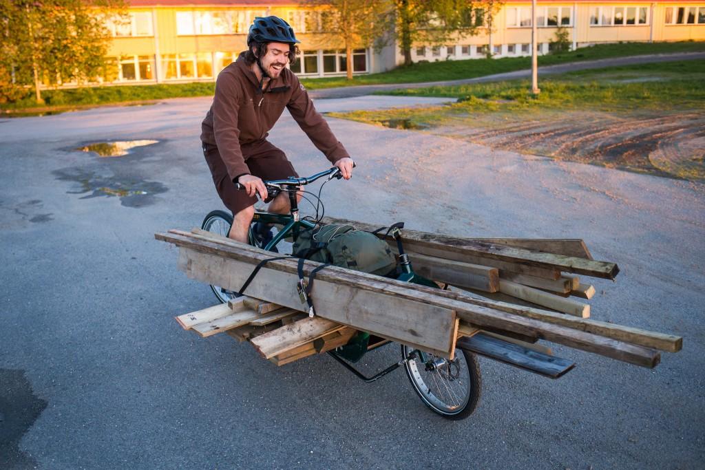 EKSEMPEL 2: OK, måtte ta med dette også – sekundet da Arne innser at det faktisk lar seg gjøre å sykle en plankestabel hjem. UTEN elmotor, kun muskelkraft. Heldigvis var det mest nedoverbakke hjem. Foto: Geir Anders Rybakken Ørslien