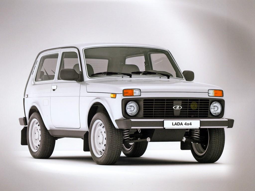 BILER JEG IKKE HAR EID – 5: Lada Niva (1977–). Det er lett å like underdogs. Særlig når de er gode. Lada Niva var spurven i tranedansen. Den stygge andungen med det nitriste ansiktsuttrykket, som forvandlet seg straks underlaget besto av gjørme og stein. Denne bilen kunne ifølge den russiske produsenten VAZ krangle seg opp brattbakker på 58 graders stigning, passere elver med 60 cm vanndybde og pløye seg gjennom en meter snø. Jeg var ikke alene om å like Nivaen. Rundt 1980 hadde den 40 prosent markedsandel blant firehjulsdrevne biler i Europa. Fortsatt må jeg stoppe sykkelen, rulle bort og se nærmere på en Niva hvis jeg ser en stå parkert i byen. Men det begynner å bli lenge siden sist, selv om den fortsatt er i produksjon.
