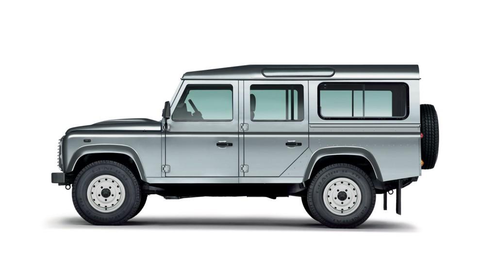 BILER JEG IKKE HAR EID – 9:Land Rover Defender (1983–). Jeg har hatt gleden av å kjøre Toyota Land Cruiser gjennom noen gjørmehull av noen veier langt ute på landsbygda på Madagaskar. Det er en overlegen bil, en evighetsmaskin verden knapt har sett maken til. Men den er ingen Land Rover. Jeg vet det, jeg er bare en tilskuer. Jeg har aldri eid noen av dem. Jeg har heldigvis ingen behov for å eie bilene jeg digger. Det sier seg selv, jeg har ikke arvet noen av min fars praktiske egenskaper,og gjør mer skade enn gagn med ethvert verktøy. Men jeg nyter Land Roveren likevel.