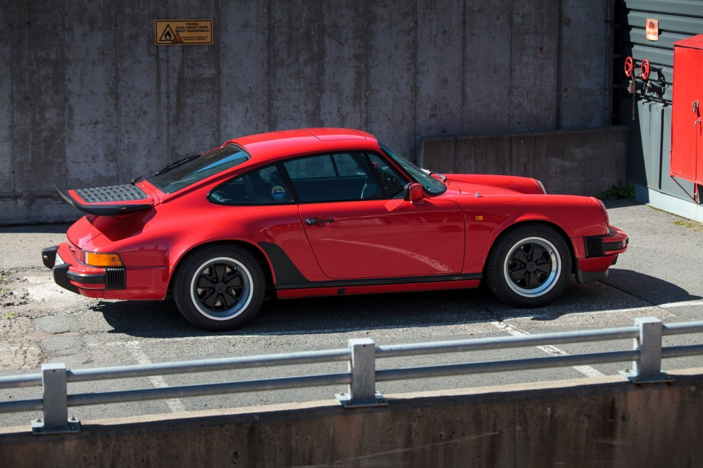 BILER JEG IKKE HAR EID: Porsche 911. Du kan selvsagt se på dette som en bil. Men du kan også se på det som en nydelig stykke industridesign, som et eksempel på tysk ingeniørkunst, som et av vår tids store bil-ikoner –eller simpelthen som en fest på veien. Alt stemmer. Av alle ufornuftige duste-idéer som til enhver tid finnes i hodet mitt, er drømmen om å krysse Europa i en Porsche 911 en av de mest fristende. Foto: Geir Anders Rybakken Ørslien