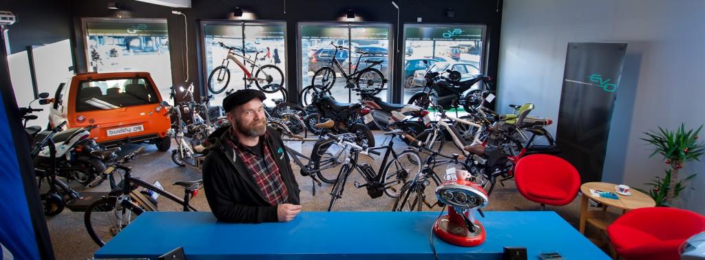 Jo Espen Bjerk er motorsykkelentusiasten som ble elbil-designer og nå selger elsykler som varme hvetebrød fra butikken EV Oslo på Storo i Oslo. Foto: Geir Anders Rybakken Ørslien