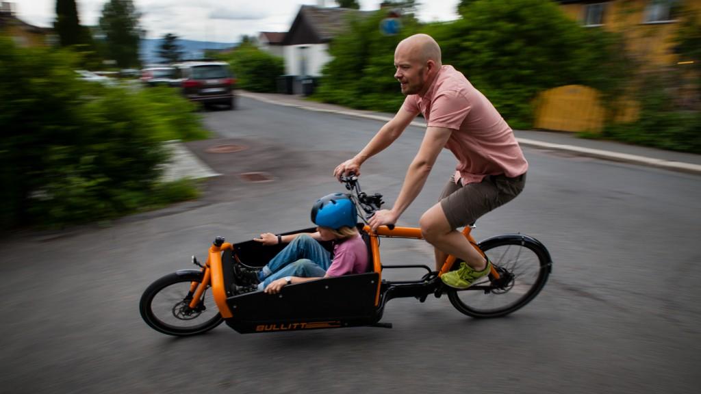 I FARTA: Transportsykkels juniormedarbeider Eskil (10) får en prøvetur i kassa på Christians Bullitt.