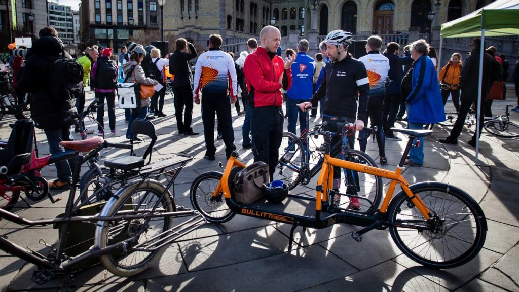UT TIL FOLKET: Christian Duelund Græm deltok på standen til Syklistenes Landsforening for å vise lastesykkel-konseptet da Sykle til jobben-aksjonen ble åpnet foran Stortinget i april.