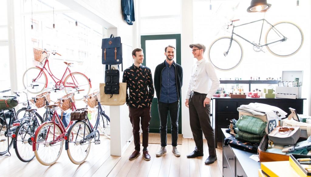 GRÛNDERNE: Andreas Doppelmayr, Erlend Simensen og Johan Brox er trekløveret som håper Dapper skal bringe lykke. Lokalene i Nordre Gate 13 huset en gang i tiden både en frisørsalong og en bilrekvisitabutikk. Med barbersaker og sykler tar de tradisjonen videre.