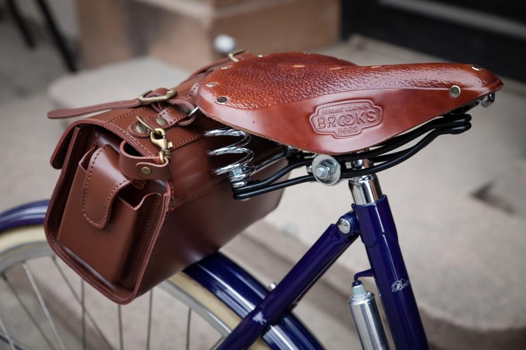 KLASSIKERE: Brooks fra Birmingham og Pashley fra Stratford-upon-Avon er begge tett knyttet til britisk sykkelhistorie. På 1990-tallet kjøpte Pashleys eiere opp Brooks og startet omleggingen som ga ny kurs og nytt løft for de tradisjonelle setemakerne. At Pashley Classic kommer med Brooks-sete, er med andre ord selvsagt.