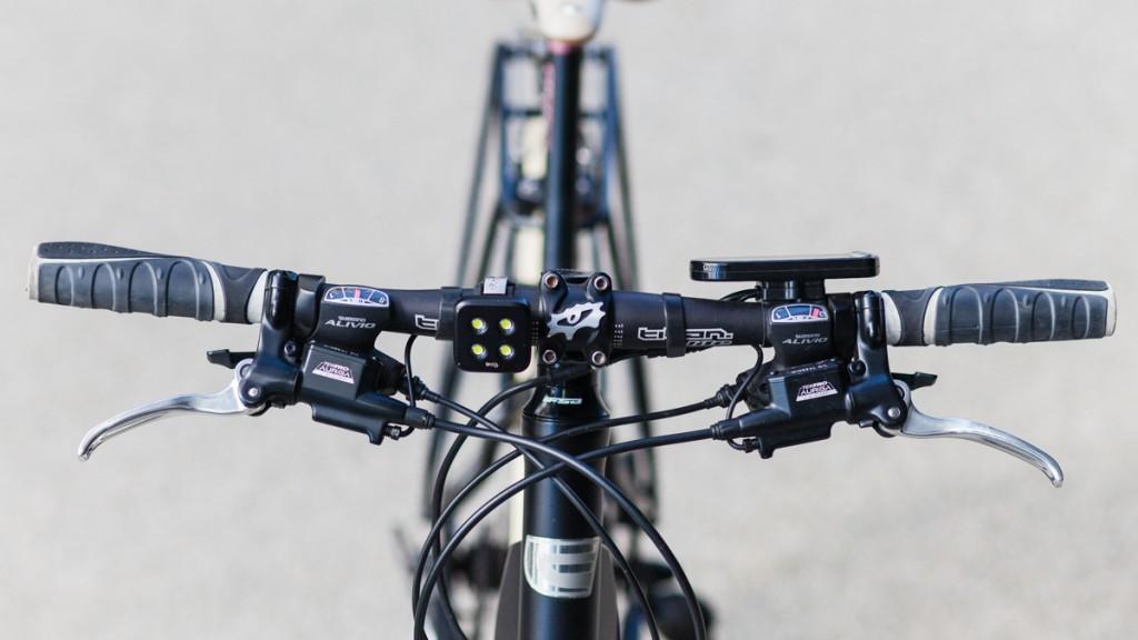 STYRINGSGRUPPA: Bremsehendlene er koblet til styringsenheten for å signalisere når strømmen skal kuttes, siden sykkelen lader batteriet under bremsing. Vi har satt på en forbausende kraftig Knog Blinder-lykt for å bli sett – den kan forøvrig plugges rett i en USB-kontakt for lading.
