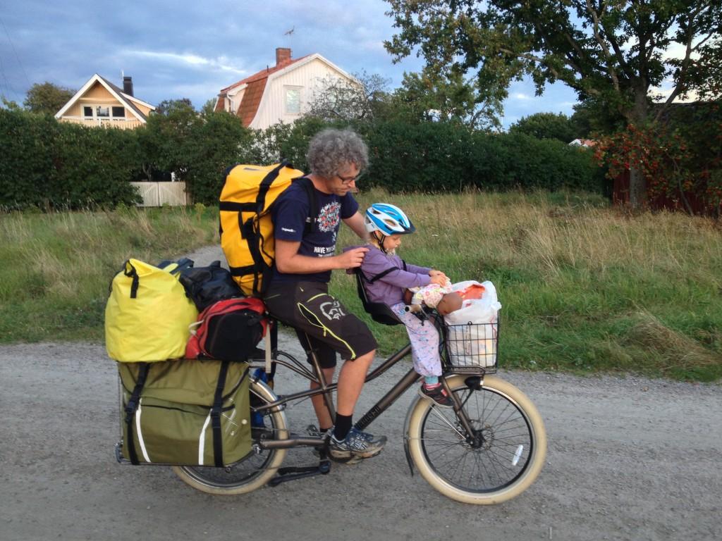 HJEMTUR: Etter en helgetur med tre barn, er det alltid en del bagasje som må bli med hjem. Her er far og datter på vei til båten med en godt lastet Trek Transport.