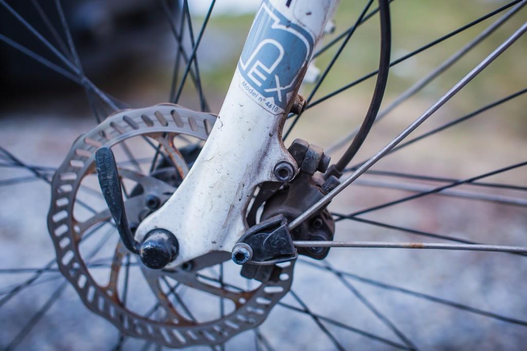 VELBRUKT: Hydrauliske skivebremser er ikke lenger luksus på norske sykler, men en løsning som sikrer trygge og kraftige bremser uansett vær eller føre. Tektro-bremsene på Neo Cross har ikke blitt ofret verken justering eller nye klosser på sitt første år, og fungerer fortsatt utmerket. Tradisjonelle felgbremser ville ifølge våre erfaringer gitt dårligere effekt og mye mer plunder med slitasje og etterjusteringer.