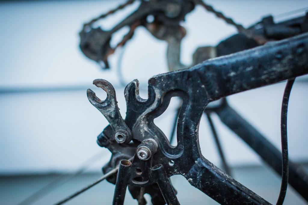 DETALJER: Bakakslingen på en elsykkel med navmotor må ligge fast i ramma uten å rotere – for å gi spenntak til selve hjulet. En ekstra gaffel tres derfor inn på akslingen, som har en flatere profil på hver side. Den må skrus helt av hver gang du bytter hjul. Ikke vanskelig, men én ting som tar mer tid.