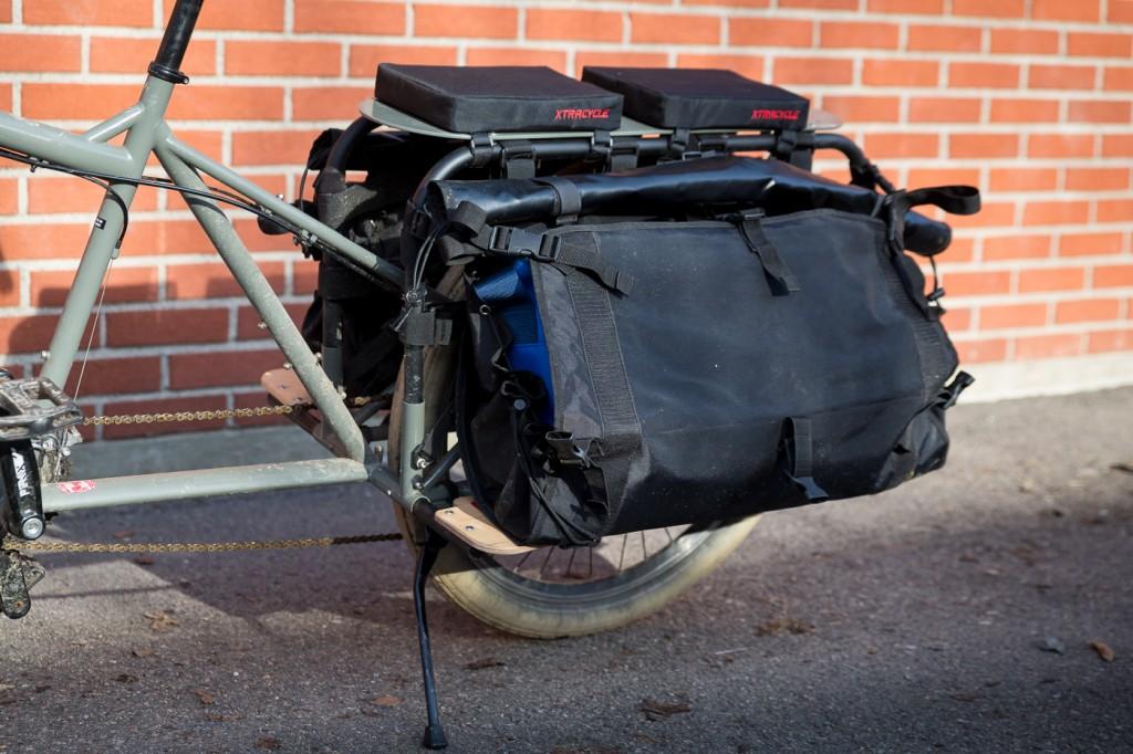 MED ELLER UTEN FLAPS: Sideveskene har en stor yttervegg, som kan brettes ned på midten for enklere putting og henting av bagasje.