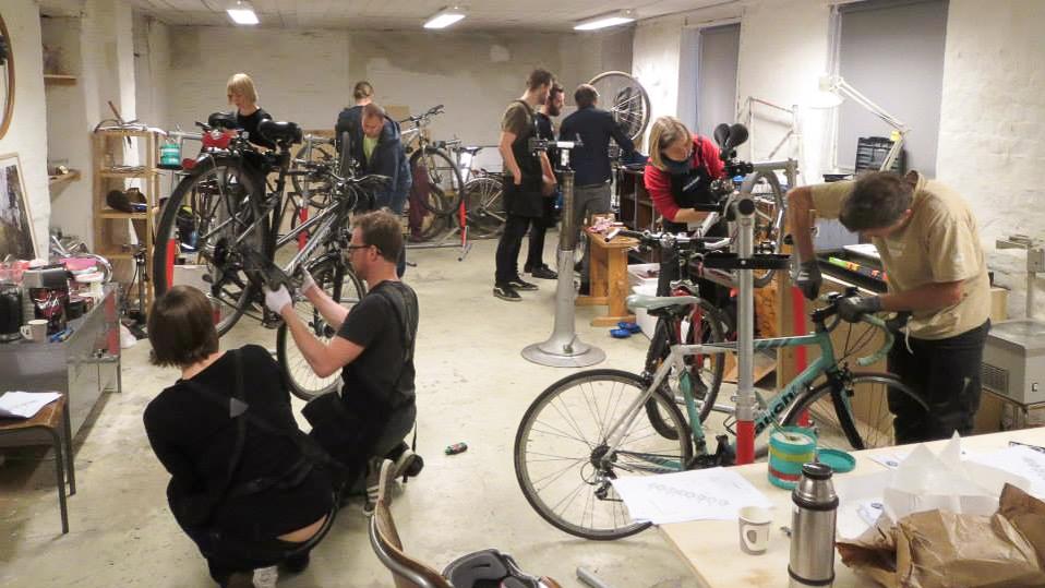 SLIK: Sykkelkjøkkenet Oslo kurser hverdagssyklister i verkstedet til Oslo Sykkelkompani. Følg med på nettsiden skoslo.no hvis du vil være deltaker eller instruktør på kommende kurs. Foto: Sykkelkjøkkenet Oslo