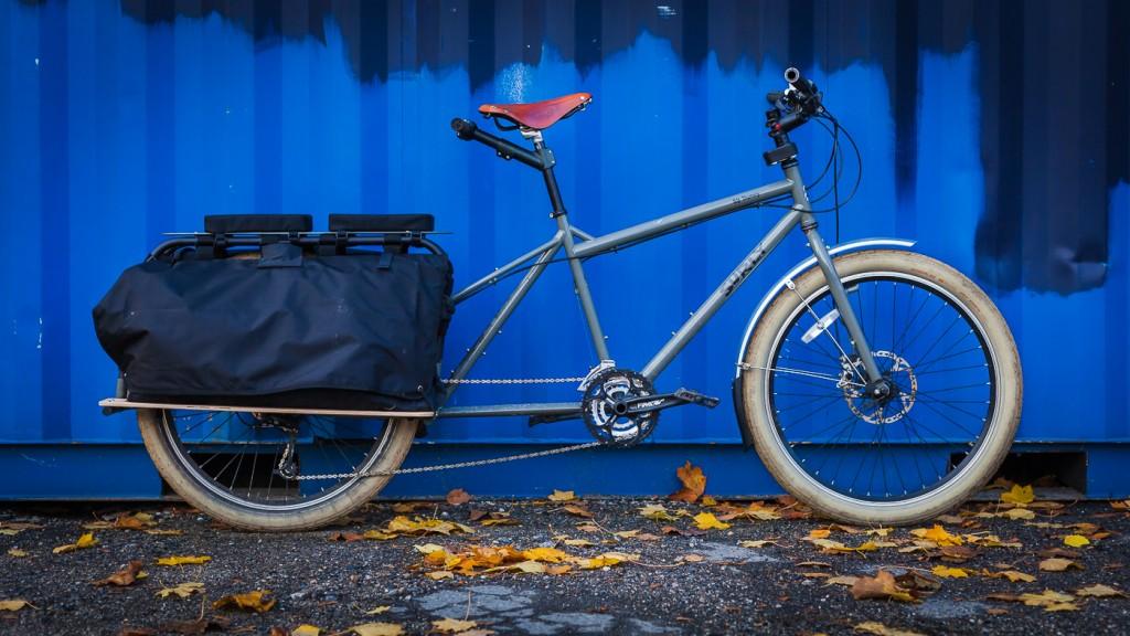 SURLY BIG DUMMY: Dette er longtailsykkelen jeg kjøpte i september i fjor. Drar du kjensel på dekk og sete, er det fordi jeg tok dem med over fra den gamle Trek'en. Ellers er denne sykkelen standard, med unntak av lastebrettene i bjørk under sideveskene.