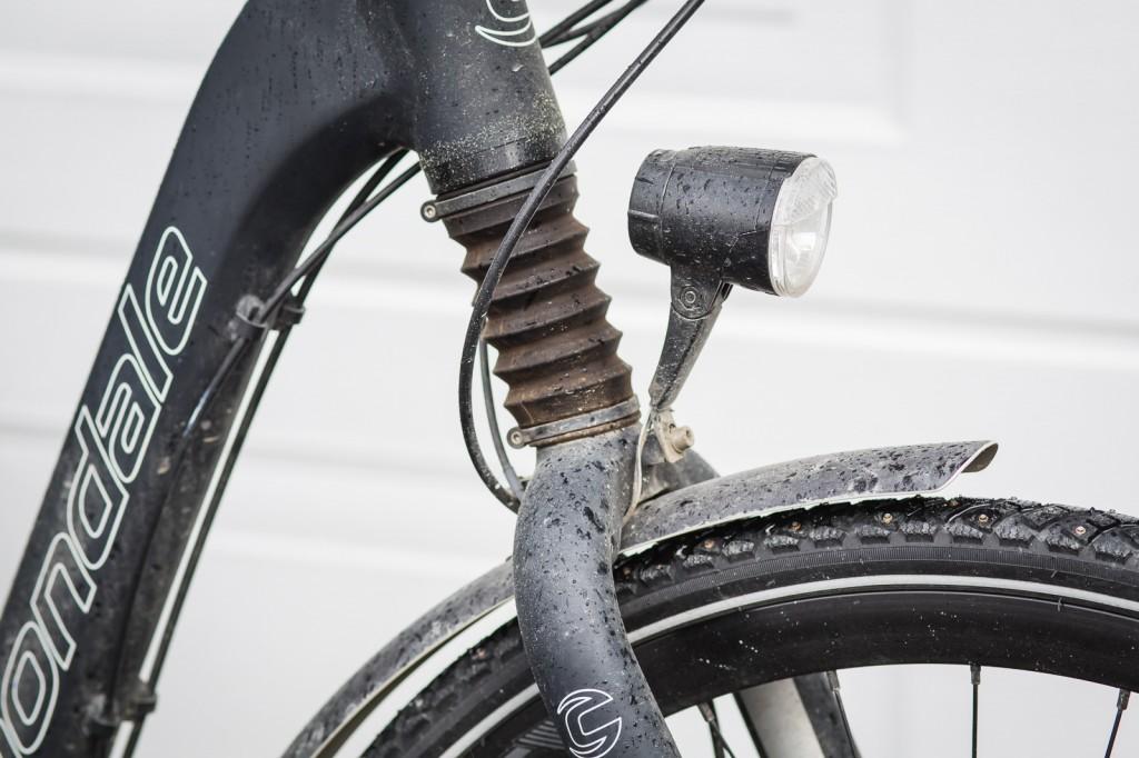 KJØRELYS: Som ethvert seriøst transportmiddel, har selvsagt denne sykkelen kjørelys som får strøm fra sykkelens eget batteri. Nok en bekymring mindre.
