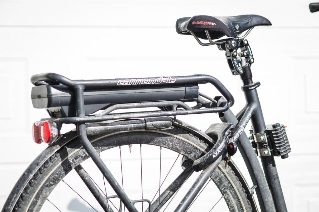 STRØMLEVERANDØREN: Batteriet kan lett tas ut av bagasjebæreren for lading, og for litt varmere oppbevaring på de kalde vinterdagene. Rammemontert lås er fint hvis du skal en svipptur innom butikken, og ikke orker å hente fram gromlåsen. Legg også merke til setepinnen fra Suntour, som har en stålfjær innvendig og et leddsystem øverst som gir deg en utrolig komfort. Den er kjøpt som ekstrautstyr, og funker fint uansett temperatur.