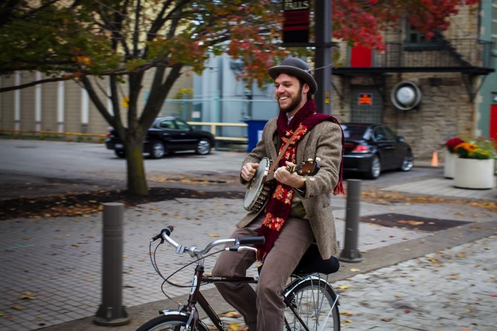 SLIK, JA! Det er slike syklister som kan snu opinionen her i landet: Intet provoserende treningstøy, ingen dyr karbonsykkel, og en banjo for å skape god stemning i trafikken. Perfekt! Foto: Joe Philipson, Creative Commons – https://www.flickr.com/photos/jphilipson/5119216459