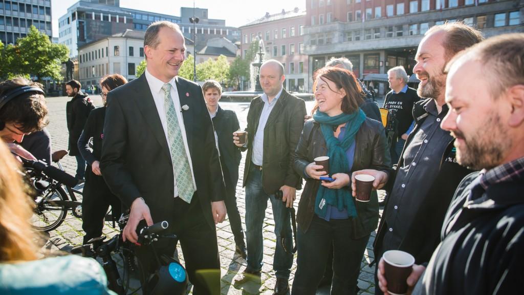 GOD STEMNING: Samferdselsministeren strålte om kapp med morgensola etter debuten på elsykkel. Morgan Andersson i SLF, Jo Espen Bjerk i Evo Elsykler og Hulda Tronstad i SLF var fornøyd med drahjelpen i kampanjestarten.