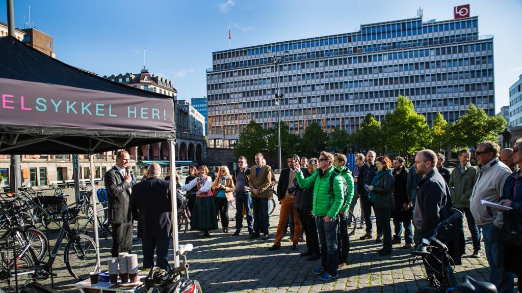 DAGENS MANN: Ingebrigt Steen Jensen intervjuer Ketil Solvil-Olsen foran et publikum tettpakket av bransjefolk og sykkelaktivister.