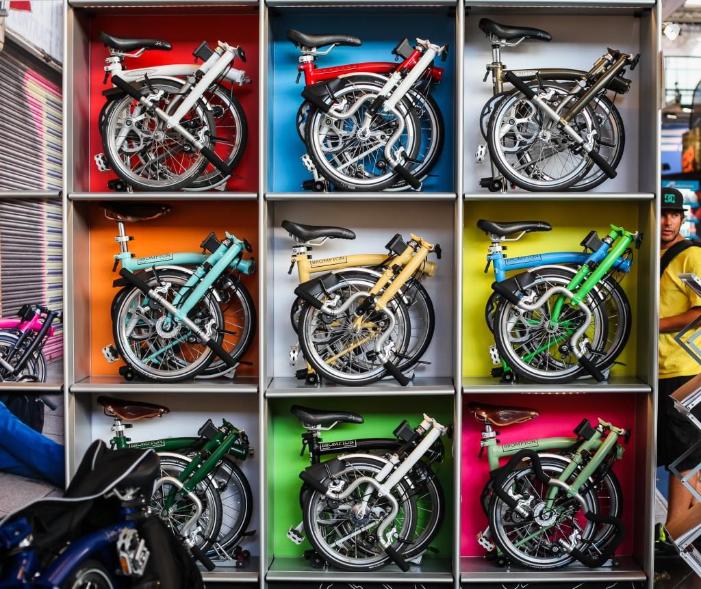 DITT VALG: Brompton-syklene finnes i en rekke ulike varianter, med ulike styrer, girsystemer –og ikke minst farger. Dette er fra Brompton-utstillingen på Eurobike-messen i Friedrichshafen i august i fjor.