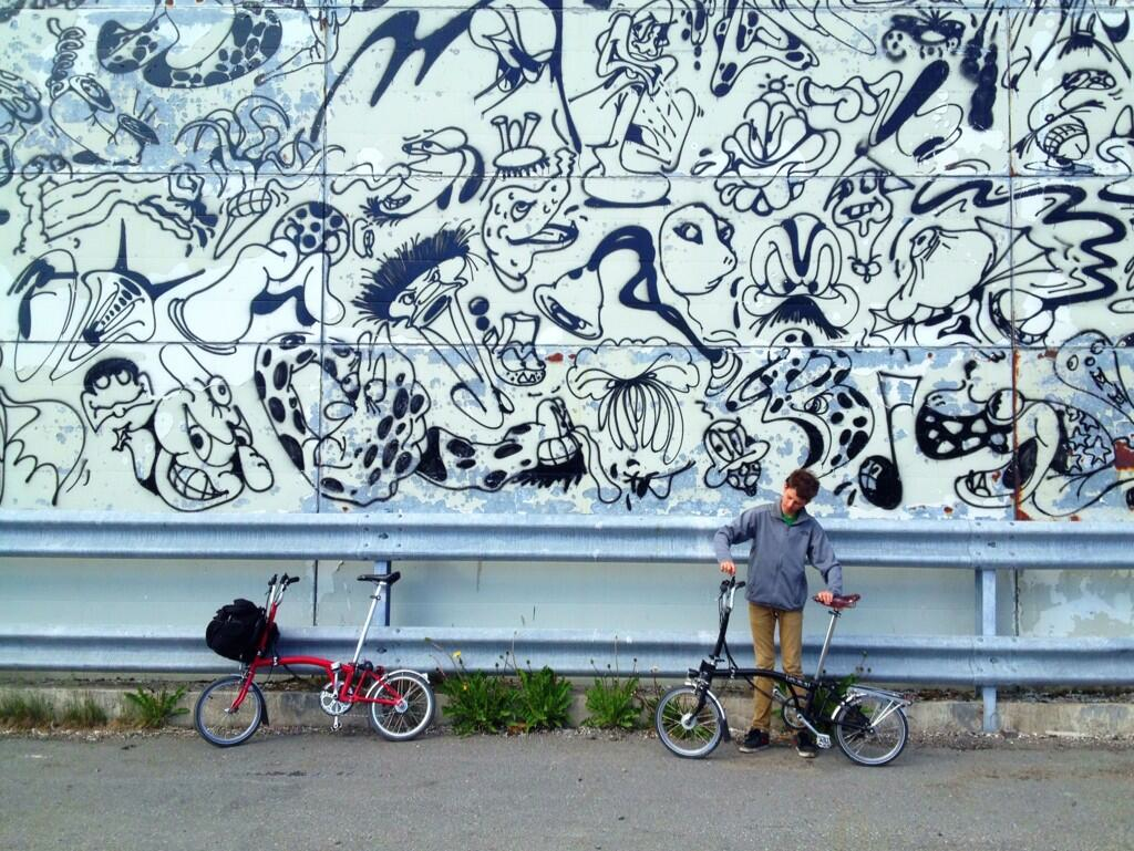 FAR OG SØNN: John Erik Riley tok nylig sønnen med på sykkeltur i Sør-Varanger –der begge Brompton-syklene var det opplagte turfølget. Foto: John Erik Riley