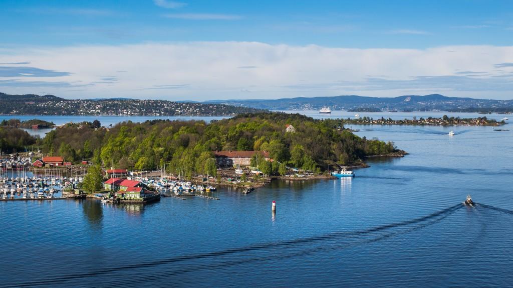 VAKKER BY: Her ser du Revierhavna Baatforening med kroa (grønn bygning) på Hovedøya, sett fra toppen av siloen på Vippetangen tidligere i sommer – da jeg var der oppe for å fotografere noe helt annet. Nakholmen bak til høyre, med Nesodden langt bak til venstre.